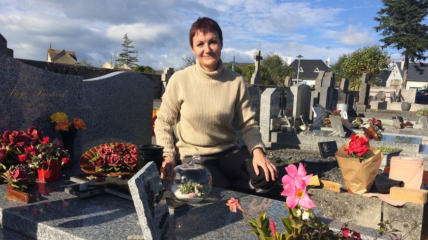 Angélique Chollet en train de nettoyer une tombe de Saint-Briac-sur-Mer.