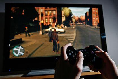 Joueur devant une partie de GTA IV : Grand Theft Auto (avril 2008, Londres, Royaume-Uni)