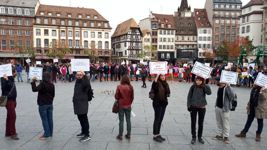 Des centaines de personnes se sont rassemblées samedi 27 octobre place Kléber à Strasbourg pour dénoncer la mutiplication des actes homophobes.