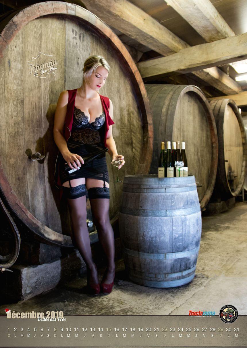 """Johanna Trau pose pour """"Belles des prés"""", calendrier glamour du monde agricole. - Photographe : Johann Baxt"""