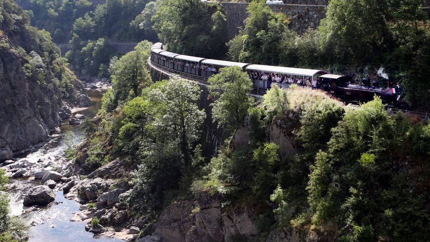 Les 500 passagers du train Mastrou et le Train des Gorges ont dû s'arrêter sur la voie. Ils ne pouvaient pas passer à cause de la pluie et de la roche tombées.
