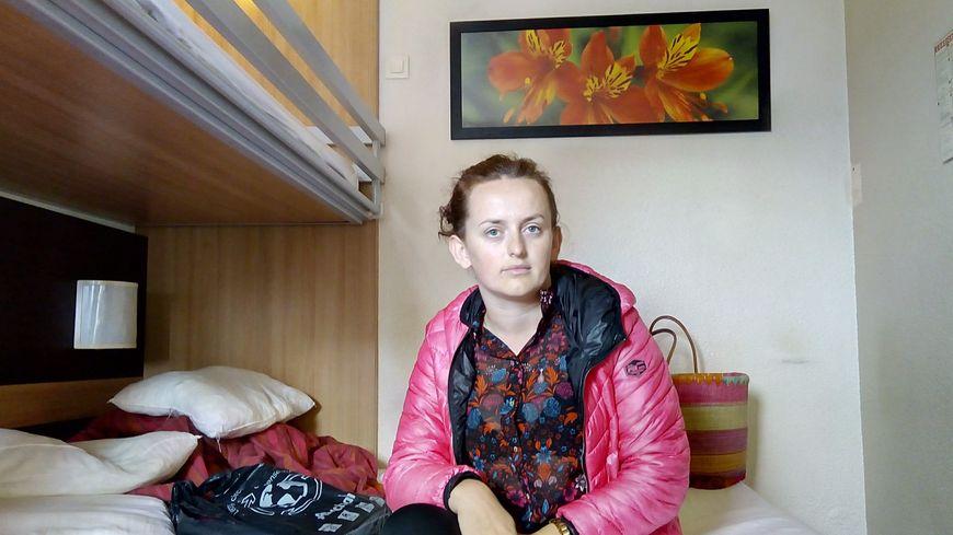 Depuis 4 ans, Drita vit dans une chambre d'hôtel à Pessac. Aujourd'hui, elle subit des pressions pour partir de cet endroit qu'elle considère comme chez elle.