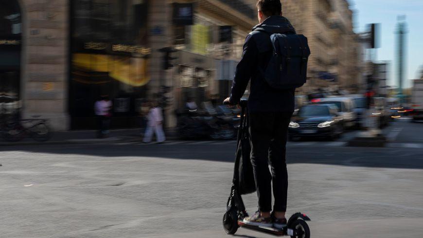 Une trottinette électrique dans les rues de Paris (illustration)