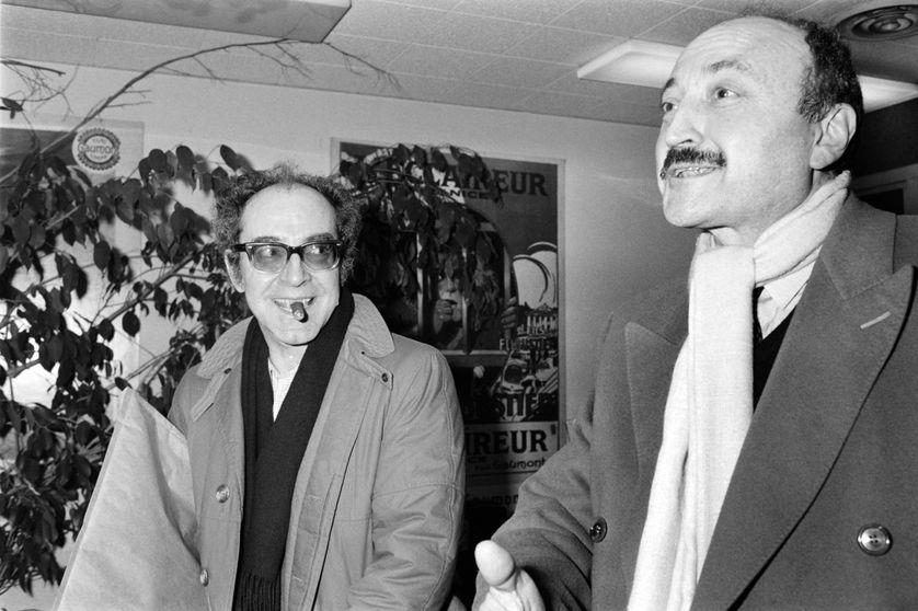 """Georges Kiejman avec Jean-Luc Godard en 1985 à Neuilly, à la sortie de la projection de """"Je vous salue Marie""""."""