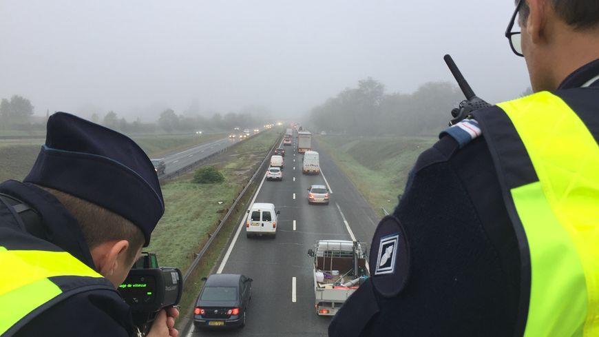 Des agents de la CRS autoroutière contrôlent la vitesse des motards sur la rocade bordelaise