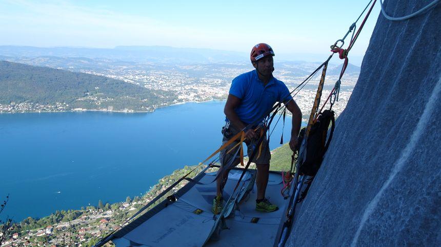 Guillaume Avrisani sur un portaledge, au-dessus du lac d'Annecy