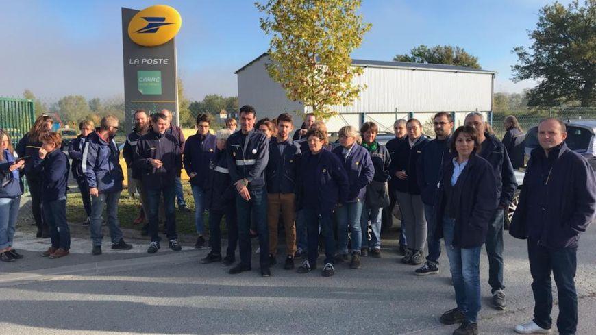 Les salariés de La Poste sont rassemblés devant la nouvelle plateforme de distribution du courrier à Siorac-à-Périgord.