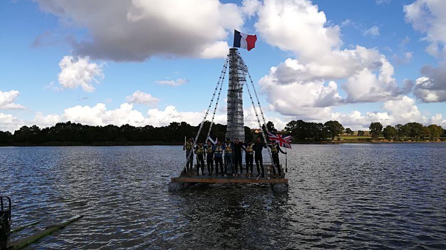 Il a fallu 4500 bouteilles en plastique pour construire ce catamaran