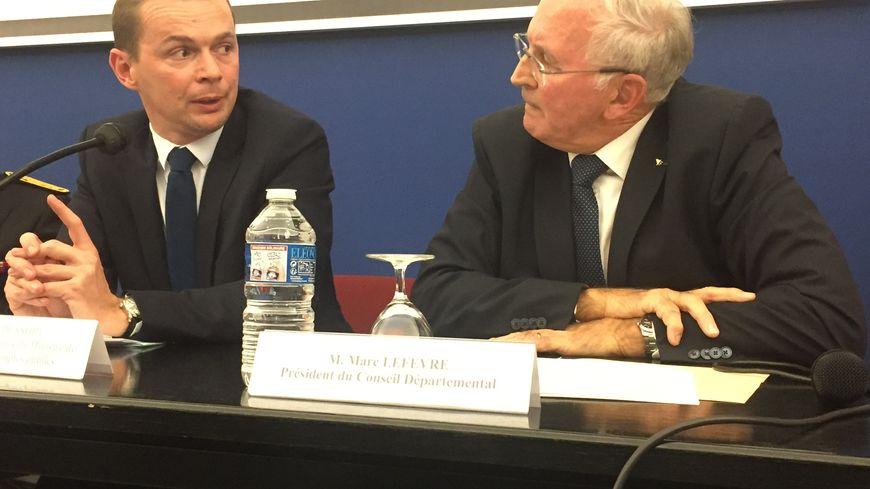 Le secrétaire d'Etat Olivier Dussopt, à gauche, et le président du conseil départemental de la Manche Marc Lefevre, à droite.