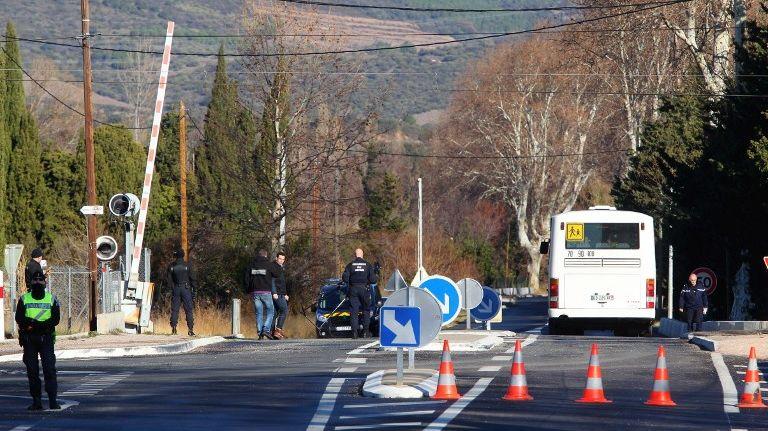Le lieu de l'accident entre un train et un autobus scolaire au passage à niveau de Millas