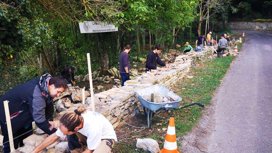 A Saint-Romain, les artisans ont restauré un ancien mur de soutènement en pierre sèche.