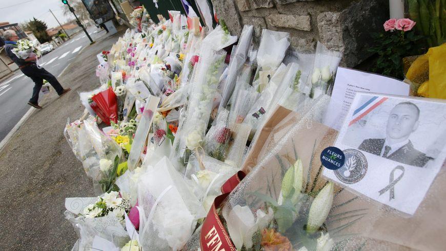 Des fleurs déposées devant la gendarmerie de Carcassonne, après les attentats de mars 2018