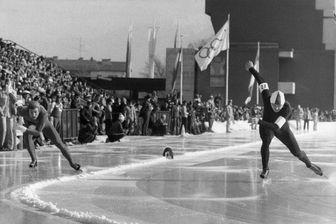 Le soviétique Valery Mouratov (à droite) affronte l'américain Daniel Immerfall (à gauche), pour l'épreuve de patinage de vitesse, lors des Jeux Olympiques d'hiver d'Innsbruck (Autriche) en 1976.