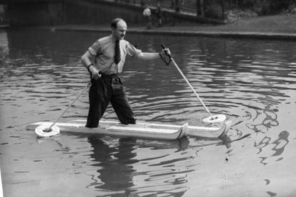 Alexander Woznick, de Manchester, présentant « les bateaux à pied », son invention qui lui permet de marcher sur l'eau.