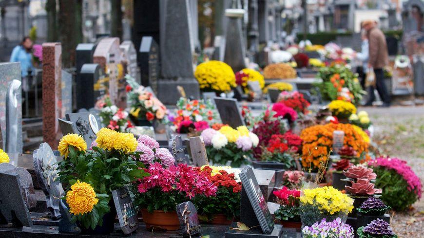 Le fleurissement des tombes, une tradition de la Toussaint