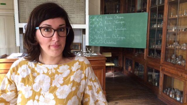 La chimiste (et comédienne pour l'occasion) Christine Bailly devant le tableau noir du professeur Chevreul.
