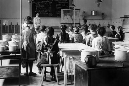 Classe de jeunes filles, en cours de sciences naturelles, en 1913.