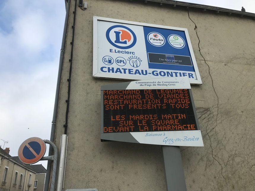 Le panneau d'affichage situé juste à côté de la pharmacie sera conservé.