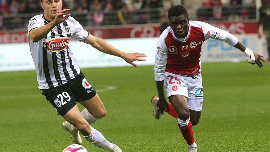 Moussa Doumbia ici à la lutte avec le défenseur angevin Vincent Manceau.