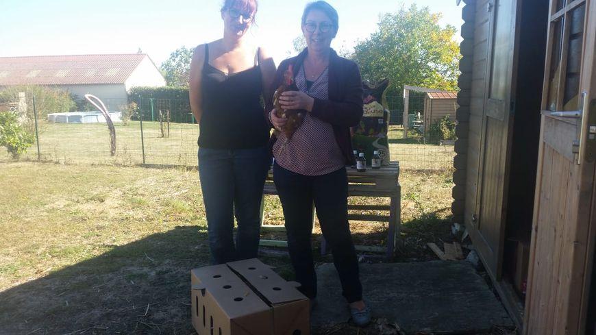 Dominique (à droite), venue récupérer ses poules