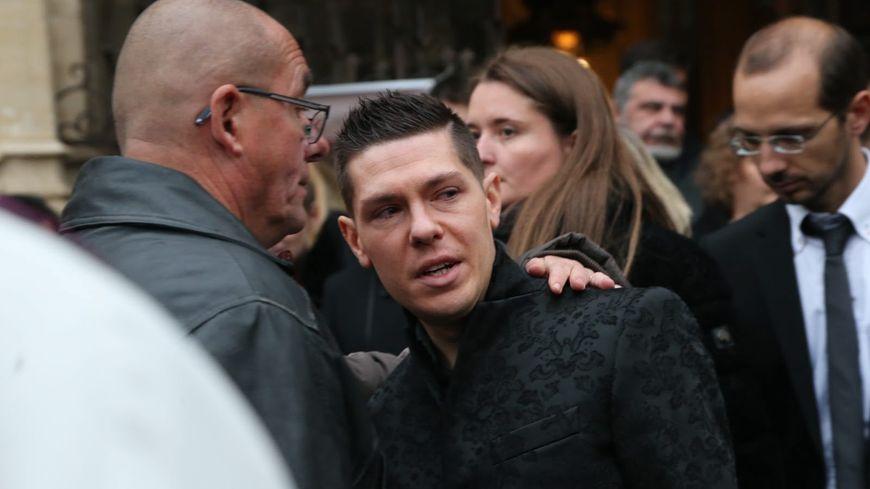 Jonathann Daval lors des obsèques d'Alexia, en arrière plan son beau-frère et sa belle-soeur