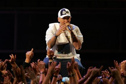 Eminem, sur la scène des MTV Movie Awards en 2005 (Los Angeles, Californie, États-Unis)