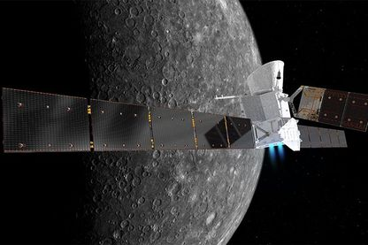 Une illustration de BepiColombo scannant Mercure