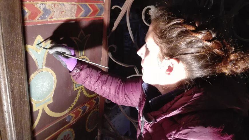 Julie Guerineau, peintre en décor, redonne des couleurs aux peintures abîmées de l'église Saint-Laurent de Parthenay