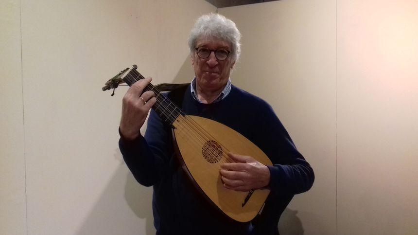 Le Lavallois Jean-Marie Poirier joue du luth depuis 40 ans.