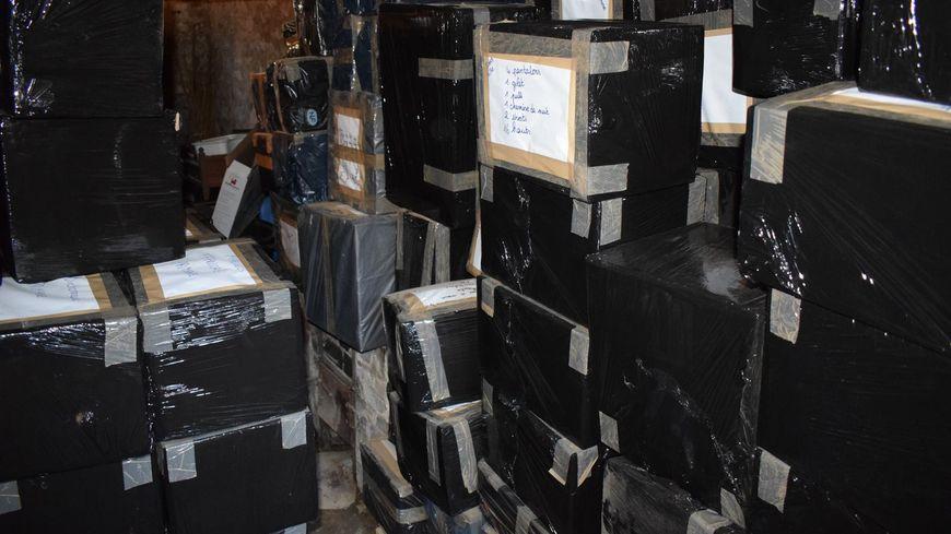 Les fournitures attendent patiemment d'être envoyées en Afrique.