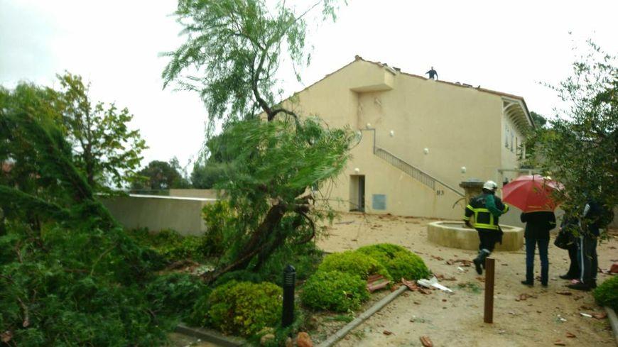 Les tuiles des toitures se sont envolées sous la violence du vent