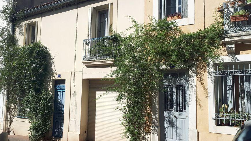 Exemple de micro-fleurissement : du jasmin qui grimpe le long d'un mur, quartier Méditerranée