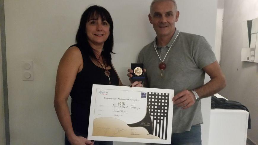 Muriel Fournier et Laurent Ferreira avec le diplôme et la médaille de bronze reçus dimanche au concours Lépine.