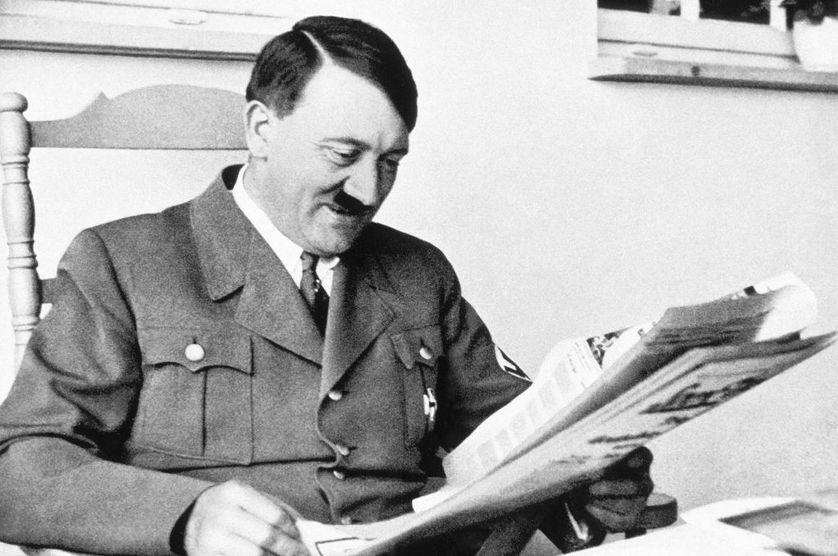 Portrait d'Adolf Hitler lisant le journal, en Allemagne