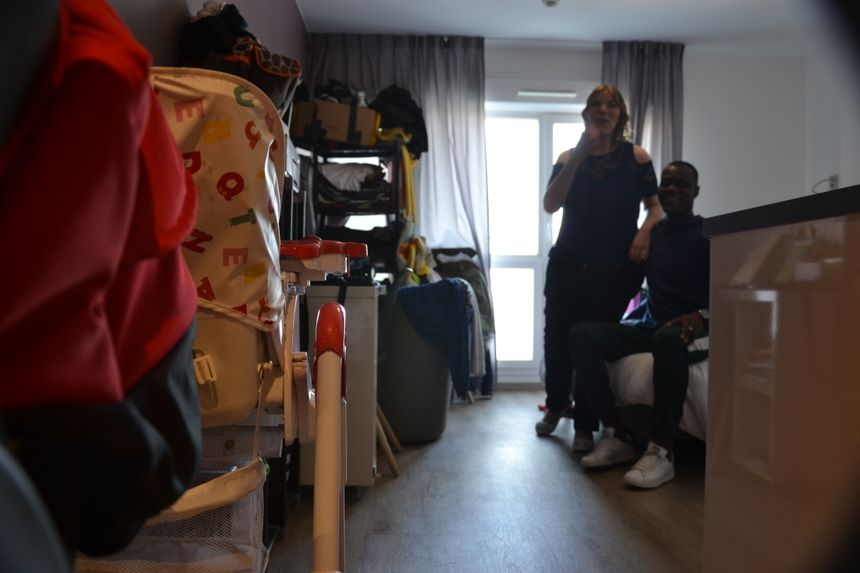 Ludivine et son mari dans l'appart hôtel qu'ils occupent depuis 10 mois.