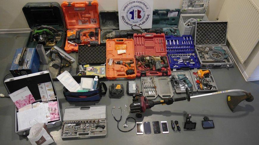 Au domicile des voleurs, la Sureté Départementale de Limoges a découvert des bijoux, la mallette d'un représentant en cosmétiques, la sacoche de médecin, une crosse de hockey, un rétro-projecteur…