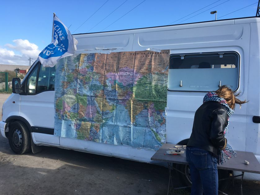 A Calais, une carte du monde, installée par Bobby, bénévole à l'association Art Refuge UK, permet aux migrants de s'exprimer et de raconter leur trajet