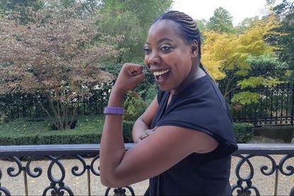 Diariata N'Dyane et son bracelet qui alerte 3 personnes désignées en cas de violence