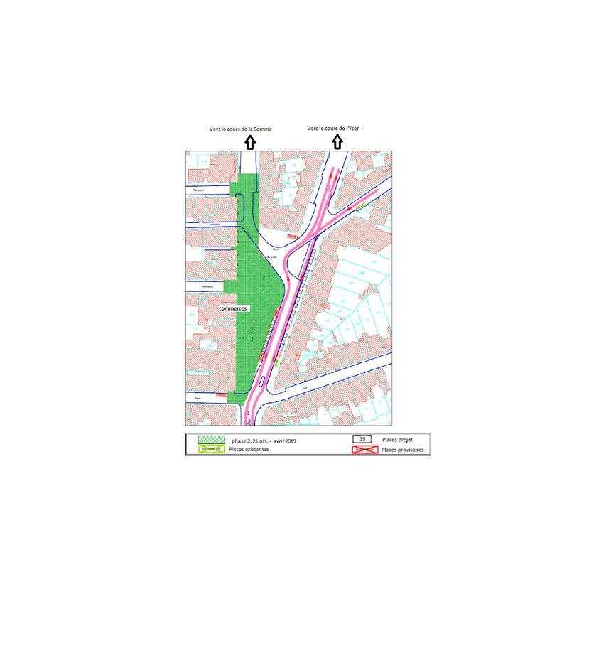La nouvelle phase de la rénovation libère les voies de circulation définitives à l'est de la place et déplace les travaux devant les commerces à l'ouest.