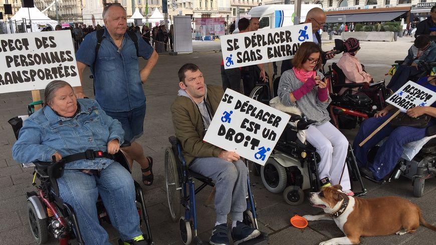 Les manifestants sur le Vieux Port de Marseille.