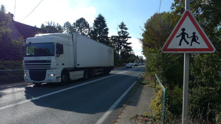 Plusieurs centaines de camions traversent chaque jour Paron et Subligny