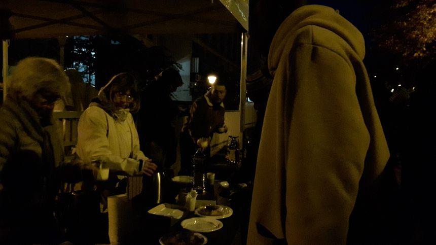 Devant les locaux, des habitants servent le café aux résidents ce mercredi