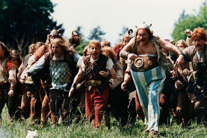 """Astérix (Christian Clavier) et Obélix (Gérard Depardieu) sur le tournage d' """"Astérix et Obélix contre César"""", de Claude Zidi, tiré de la BD de René Goscinny et Albert Uderzo (1999) !"""