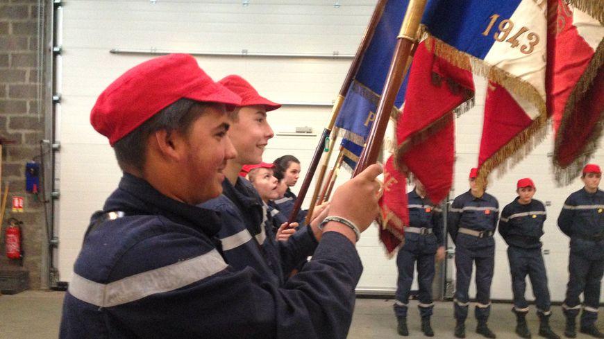 Entraînement pour porter les drapeaux lors de la cérémonie du Centenaire