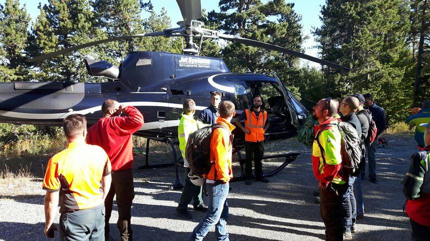 Les équipes à l'heure des derniers réglages techniques avant l'intervention de l'hélicoptère