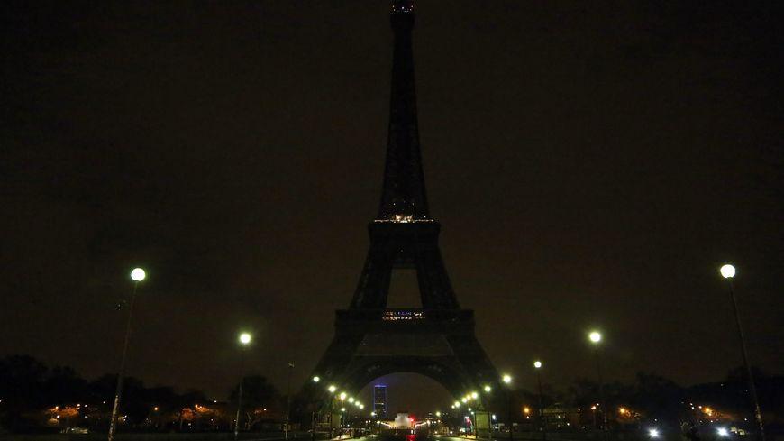 Tour Eiffel éteinte.