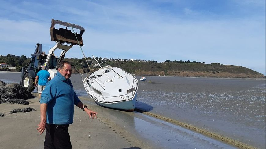 Patrick devant son petit bateau qui s'est échoué sur un rocher ce week-end à Plérin dans les Côtes d'Armor