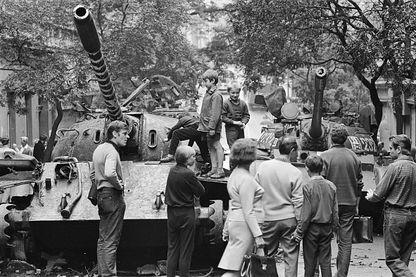 Des enfants jouent sur un char soviétique à la fin du printemps 68