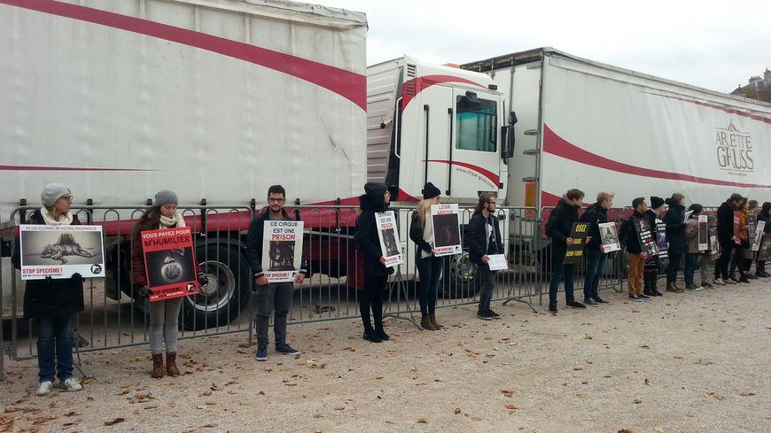 Environ 80 militants se sont alignés aux abords du cirque Arlette Gruss à Nancy