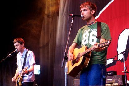 Graham Coxon (à gauche) et Damon Albarn (à droite), deux des membres de Blur lors d'un concert aux États-Unis en 1997